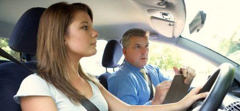 Aprobar el carné de conducir tiene un coste medio de 828 euros