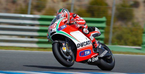 Nicky Hayden domina entre la lluvia y el viento de Jerez