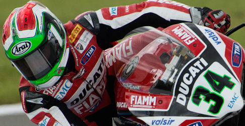 Davide Giugliano consigue la pole del WSBK bajo la lluvia de Donington