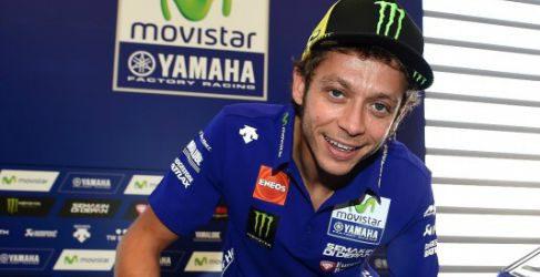 Subastada la Yamaha YZF-R1 firmada por Rossi