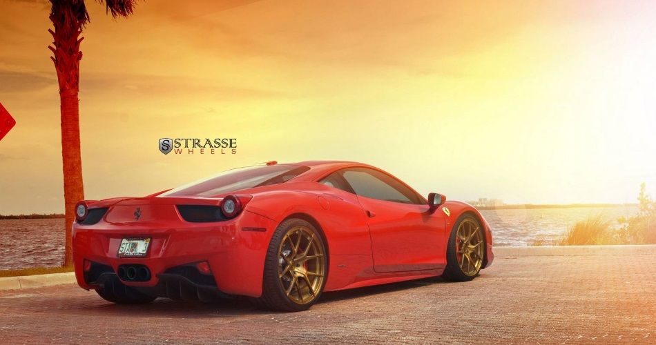 Ferrari 458 Italia posa con nuevas llantas doradas