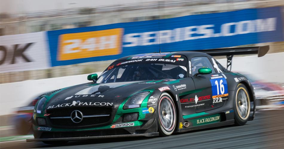 Los Mercedes-AMG del equipo Black Falcon tuvieron que retirarse a las primeras de cambio.