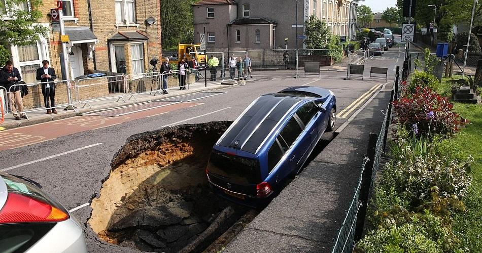 Un agujero se traga un Vauxhall Zafira en Londres