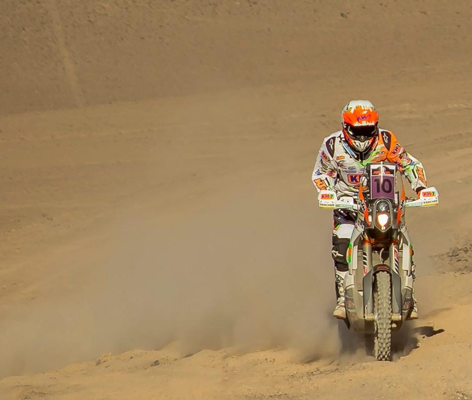 Laia Sanz completa etapa a pie en el Rally de Atacama