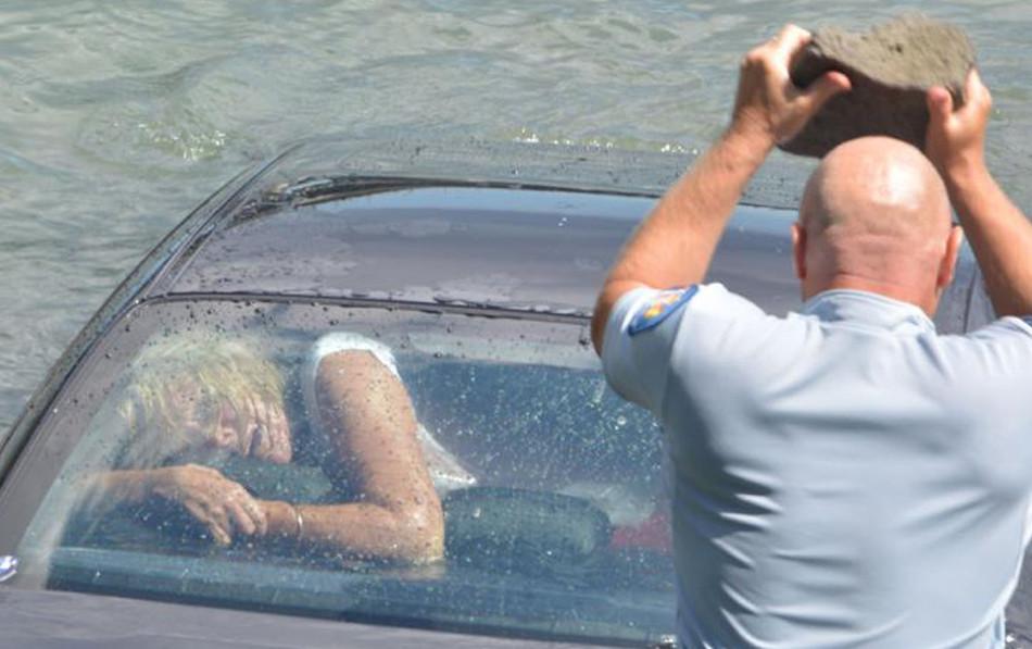 Qué podemos hacer si nuestro auto cae al agua