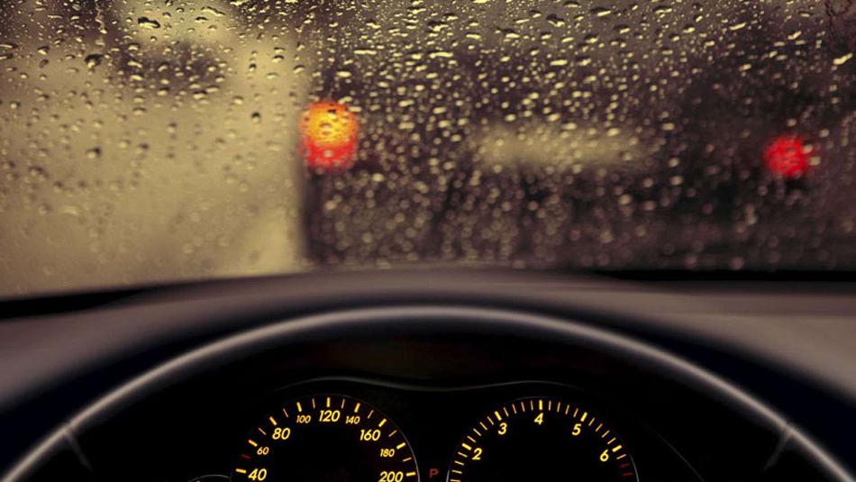 Conduce seguro durante una tormenta