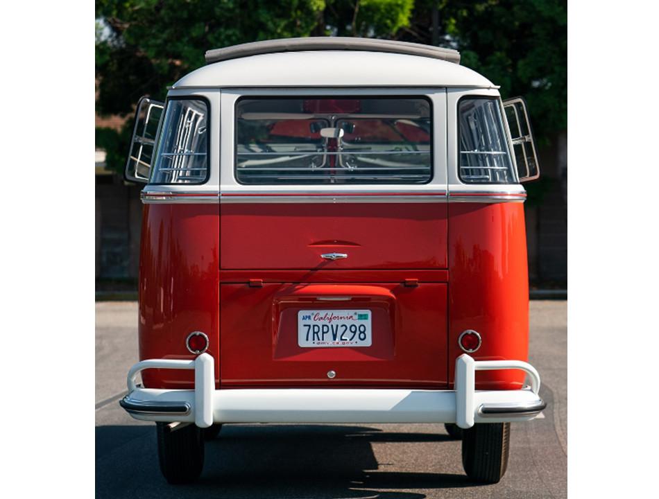A subasta esta bella Samba Deluxe 1961 de 23 ventanas