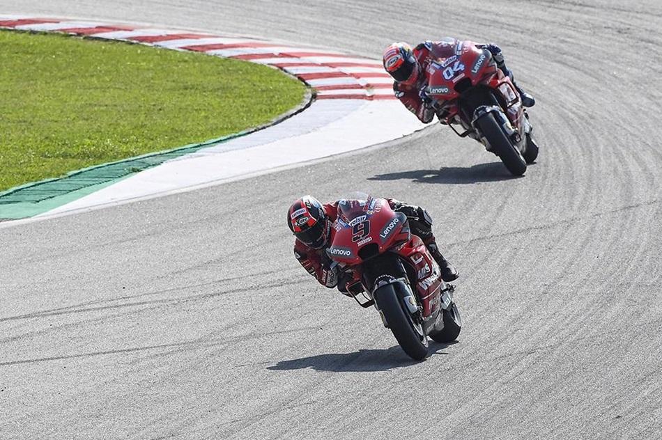 Los pilotos y equipos de MotoGP calientan motores
