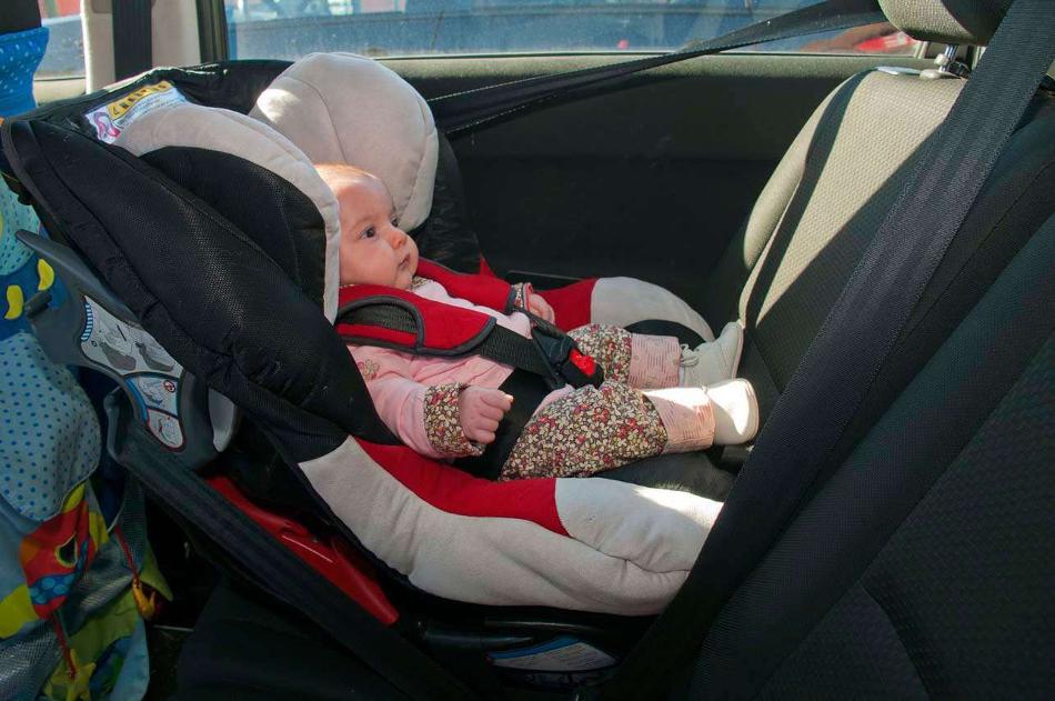 Cómo viajar con un bebé recién nacido en un auto