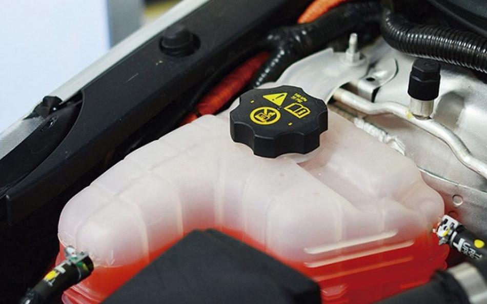 Agua o refrigerante, cuál es más eficaz para nuestro motor