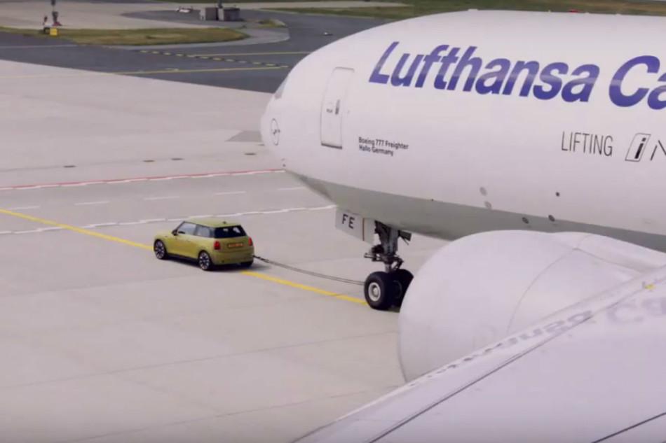 El nuevo Mini Cooper SE EV remolcó un Boeing 777F