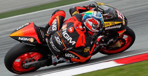 Alex de Angelis gana en Moto2 en una carrera parada por la lluvia