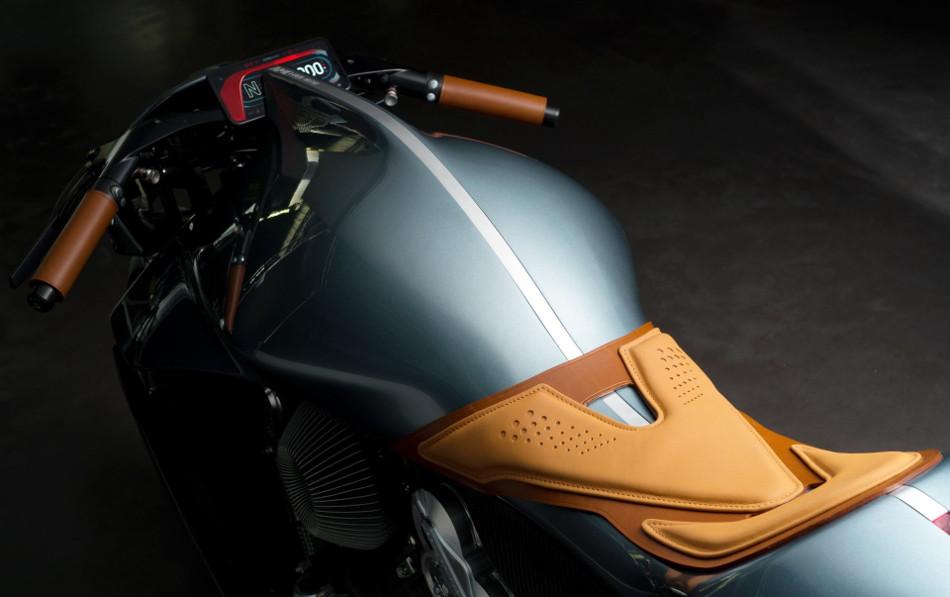 Aston Martin presentó la AMB 001