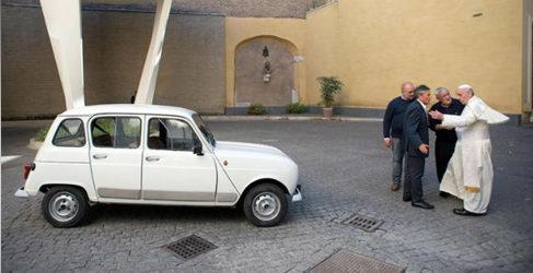 El Papa Francisco nuevo propietario de un Renault 4 de 1984