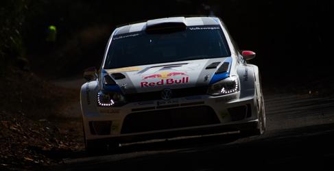 Sebastien Ogier líder del Rally RACC de Catalunya en la oscuridad